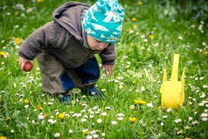 Kleines Kind auf Ostereiersuche