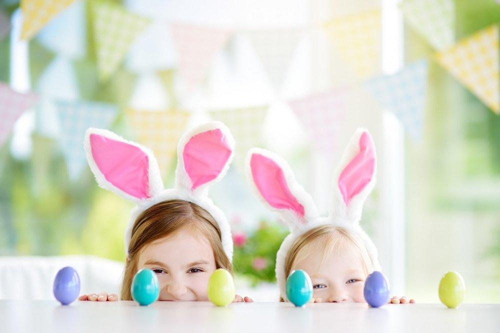 Zwei Mädchen mit Hasenohren