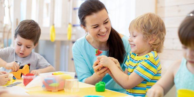 Erzieherin spielt mit kind