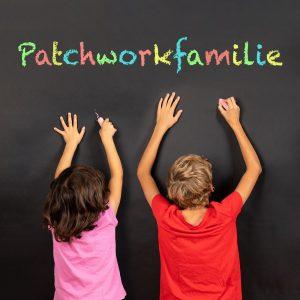 stiefgeschwister schreiben das wort patchworkfamilie an eine tafel
