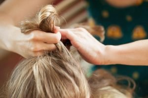 Hände pflegen Haare mit Vitaminmangel