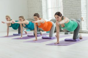 schwangere frauen in einem pilates-kurs