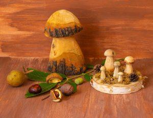 aus holz geschnitzte pilze