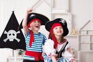 Junge und Mädchen in Piratenkostümen