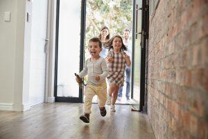 Kinder rennen in ein Haus
