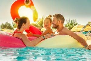 Familie vergnügt sich gemeinsam im Pool