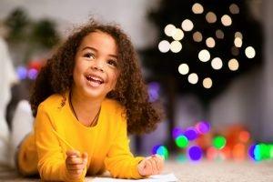 kleines maedchen freut sich ueber einen brief