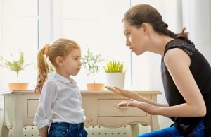 Mutter spricht mit ihrem Kind