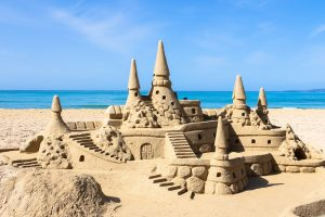 traumhafte sandburg am strand