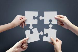 Familie fügt Puzzleteile zusammen