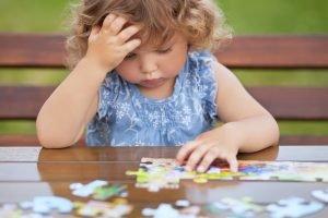 kleines Kind puzzlet