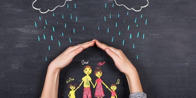 Hand hält regen von familie ab
