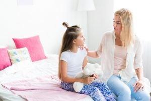 Mutter gibt Tochter einen Rat
