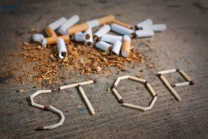 Zigerattenfilter und geschriebenes Wort Stop aus Zigaretten