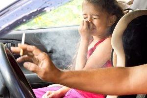Kind bekommt im Auto extrem viel Rauch ab