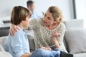 eine Mutter maßregelt ihren Sohn