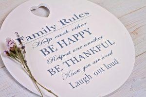 Familienregeln auf Holzschablone