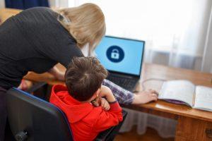 Mutter vermittelt Internetregeln für Kinder