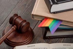 lesezeichen in regenbogenfarben ragt aus einem buch heraus