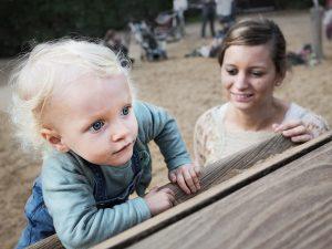 Mutter lässt Kind auf Spielplatz klettern