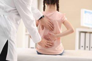 maedchen beim physiotherapeuten