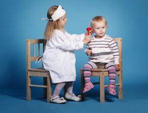 zwei Kinder spielen Doktor