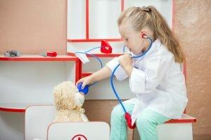 kind behandelt als Arzt Teddy