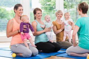 frischgebackene Mütter in einem Kurs zur Rückbildung
