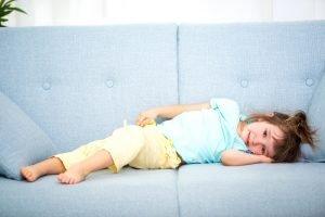 kleines Mädchen ruht sich auf der Couch aus
