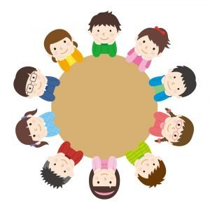 Kinder sitzen an einem runden Tisch