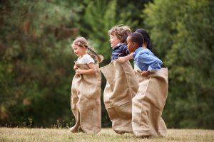 einige kinder beim sackhuepfen