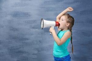 Kind schreit in ein Megafon