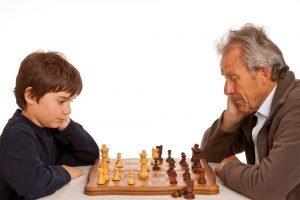 Großvater spielt gegen Enkelsohn Schach