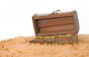 kleine schatztruhe im sand