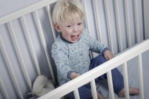 Kind beim Nachtschreck