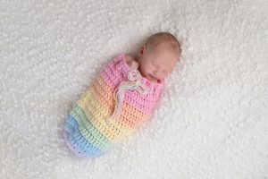 Baby in einem bunten Schlafsack
