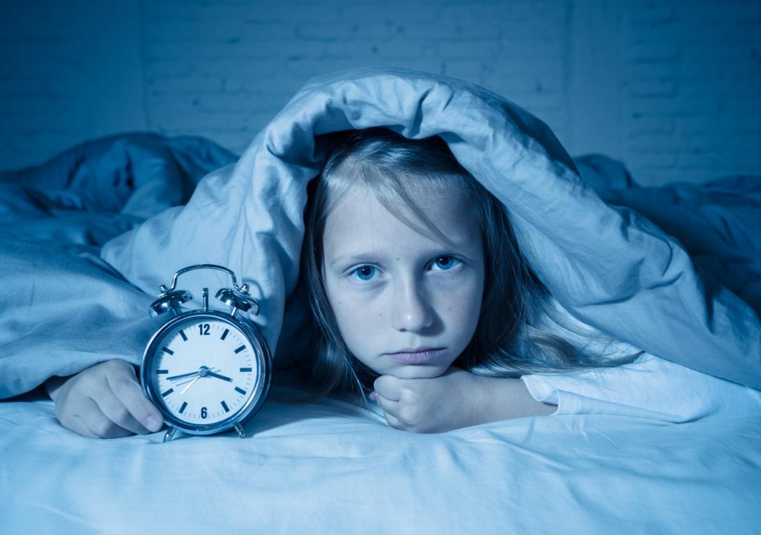 Müdes Kind mit Schlafproblemen im Bett