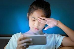 ein maedchen hat schmerzen von der nutzung des smartphones