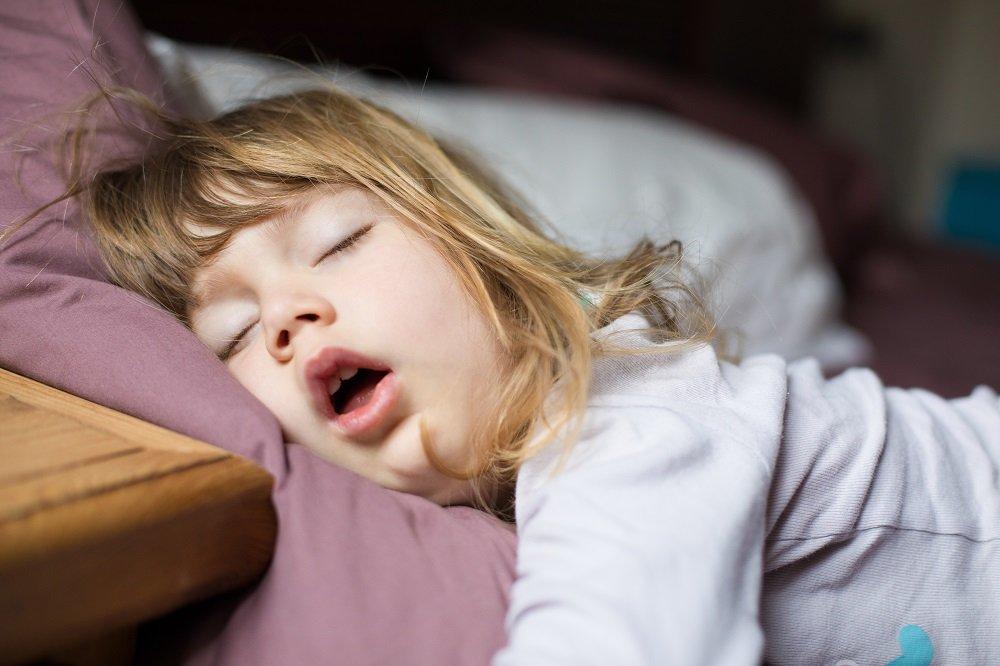Kind schläft und schnarcht