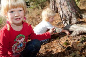 Zwei Kinder finden ein Versteck