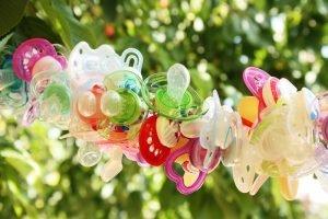 Schnuller hängen dekorativ an einer Leine