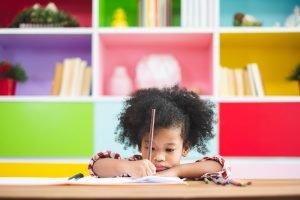 ein kind beim schreiben lernen