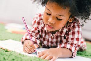 kleiner Junge übt Schreiben