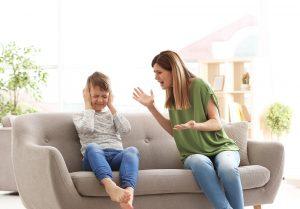 Mutter schreit ihren Sohn an