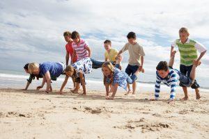Schubkarrenrennen am Strand
