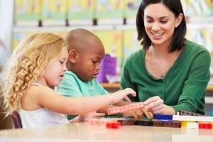 schueler lernen rechnen in der grundschule