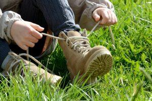 Kind bindet die Schuhe