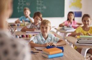 Kinder sitzen in der Schule