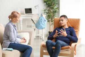 junge bei einer psychologin