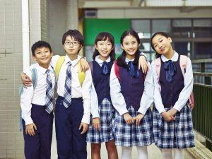 maedchen und jungen in japan mit einer schuluniform